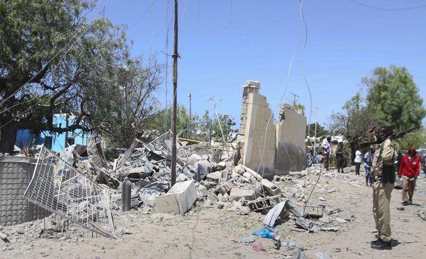 Ainakin kuusi ihmistä sai surmansa autopommi-iskussa hallituksen rakennukseen Mogadishussa.