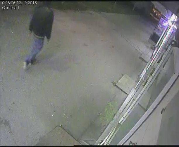 Poliisi julkaisi epäillystä kolme valvontakamerakuvaa sekä videon. Saat suurennettua kuvat klikkaamalla niitä.