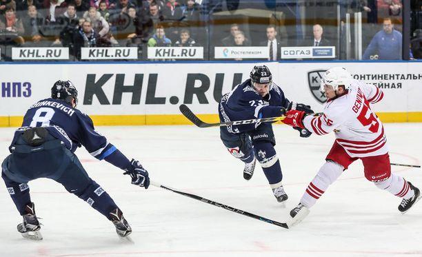 Jokerien Chay Genoway (oik.) sooloili joukkueensa toisen maalin Dinamo Minskiä vastaan.