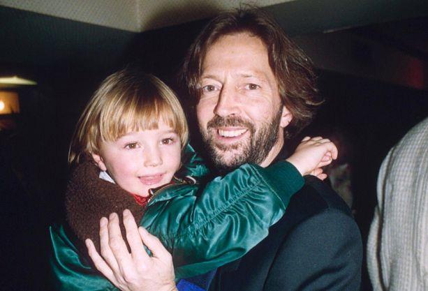 Conor Clapton isänsä sylissä vuonna 1990.