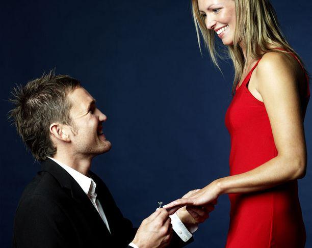 KUN MIKÄÄN EI RIITÄ Kaikille naisille ei riitä pelkästään se, että mies päättää kosia.