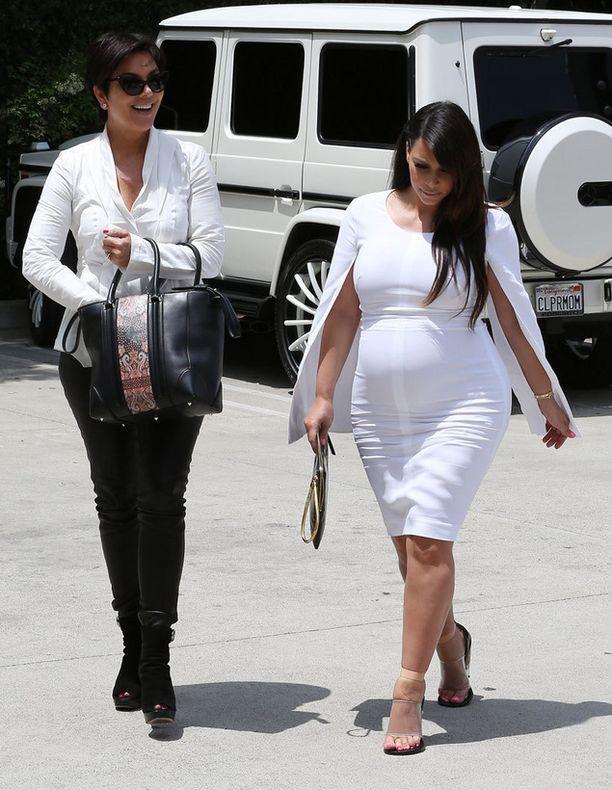 Kim oli liikenteessä äitinsä Kris Jennerin kanssa mustavalkoisissa.