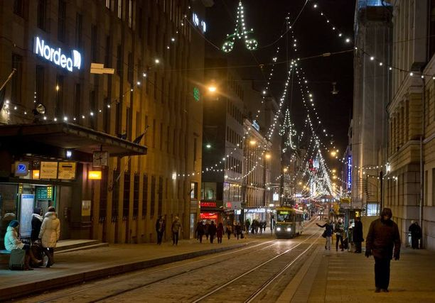 Joulusta voi tulla lumeton. Kuva viime joulukuulta Helsingin Aleksanterinkadulta.