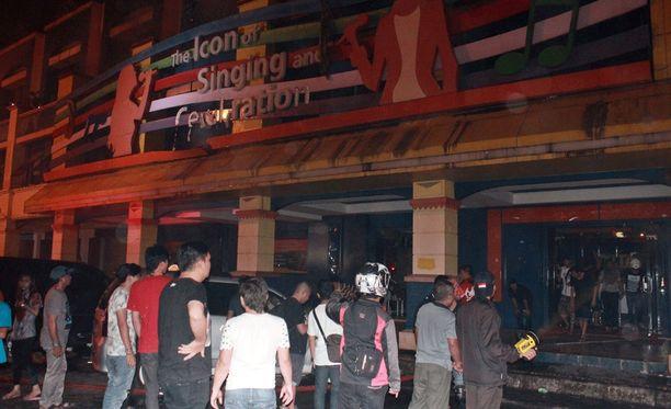 Pelastustyöntekijät ja alueen asukkaat kokoontuivat palopaikan ulkopuolelle Sulawesin saarella.
