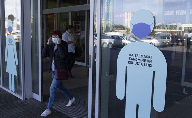 Kasvomaskin käytöstä muistutellaan Tallinnassa.