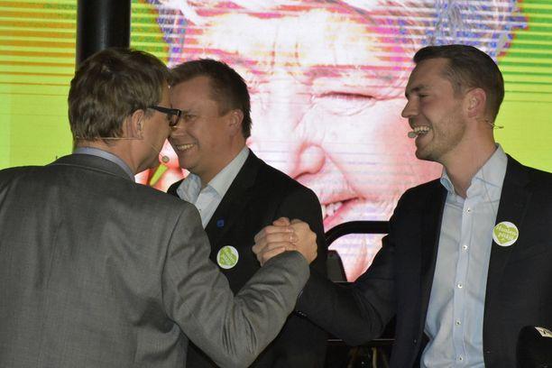 Pääministeri Juha Sipilä ja keskustan puoluesihteeri Jouni Ovaska uskovat, että keskusta vielä saa noin 3000 ehdokasta lisää kuntavaaleihin. Taustalla keskustan eduskuntaryhmän puheenjohtaja Antti Kaikkonen.