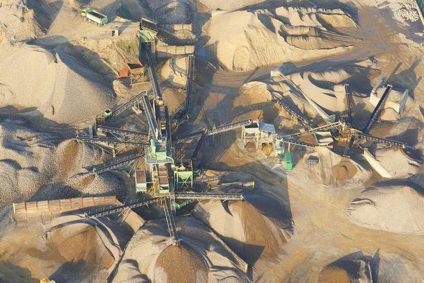 """Tässä kaivetaan hiekkaa Belgiassa. Hiekan kulutus kasvaa kaikkein nopeiten kehittyvissä maissa, joissa kauppaa hallitsevat suurelta osin """"hiekkamafiat""""."""