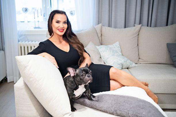 Mailis Penttilä nauraa hoitavansa Lily-koiraa kuin vauvaa.