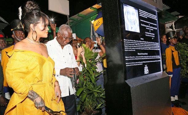 Rihanna pukeutui juhlaa varten näyttävään keltaiseen asuun.