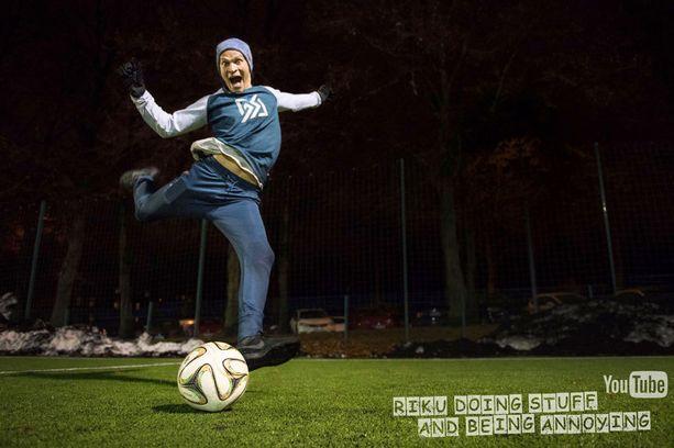Riku on päässyt jo muun muassa pelaamaan jalkapalloa HIFK:n naisten kanssa.