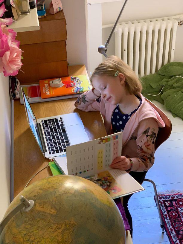 Koiviston esikoistytär sai tavata ystäviään viikon loppupuolella tietokoneen välityksellä.