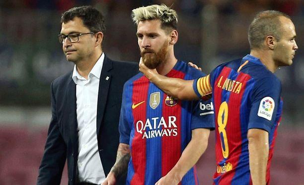 Leo Messi joutuu katsomon puolelle.