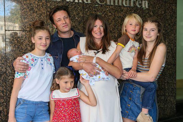 Kuvassa koko perhe kuvattuna viime vuonna. Muutaman päivän ikäinen River Rocket -poika Jools Oliverin sylissä.