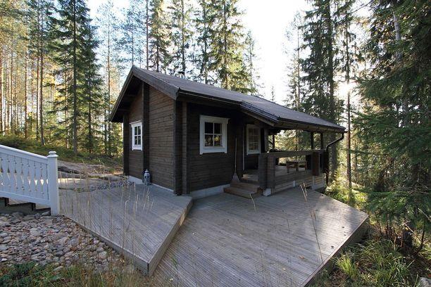 Pihapiirissä metsän laidassa sijaitsee erillinen pihasauna. Talon ja pihasaunan väliin sijoittuu myös poreallas.