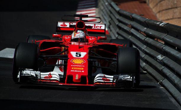 Sebastian Vettel tykitti pohjat vapaissa harjoituksissa.