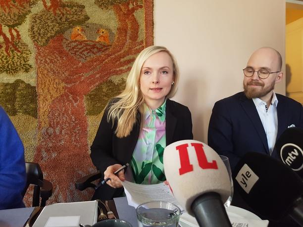 Sisäministeri Maria Ohisalo politiikan toimittajien tentattavana.