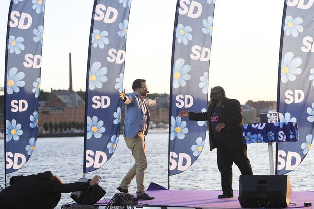Ruotsidemokraattien puheenjohtaja Jimmie Åkesson irrotteli vaalitilaisuudessa viikonloppuna.