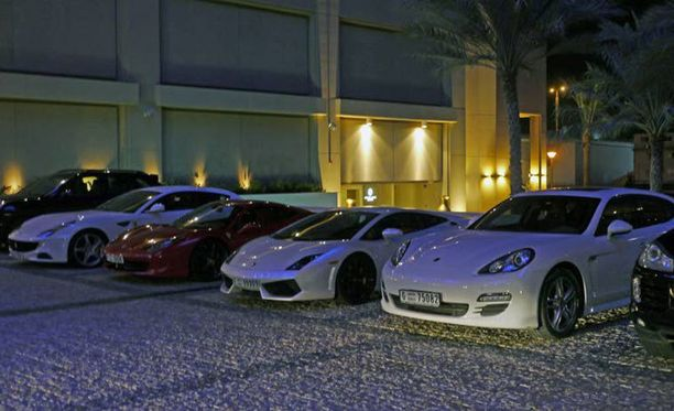 Dubain yössä näkee kasapäin loistoautoja. Ilmeisesti osa näistä valuu päivisin yliopistolle.