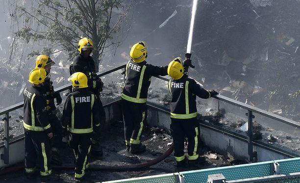 Paikalla paloa sammuttamassa on edelleen noin 200 palomiestä ja 40 paloautoa.