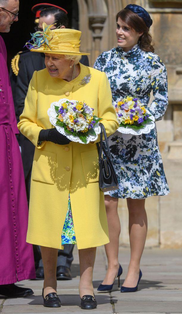Prinsessa Eugenie edusti kukkamekossa.