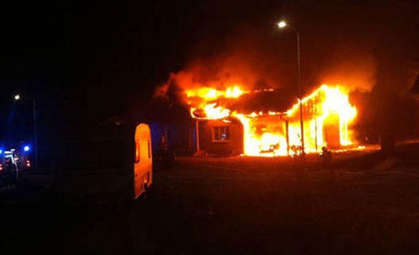 Talossa nukkumassa ollut lapsiperhe pelastautui viime hetkellä herättyään palon aiheuttamiin voimakkaisiin pamauksiin.