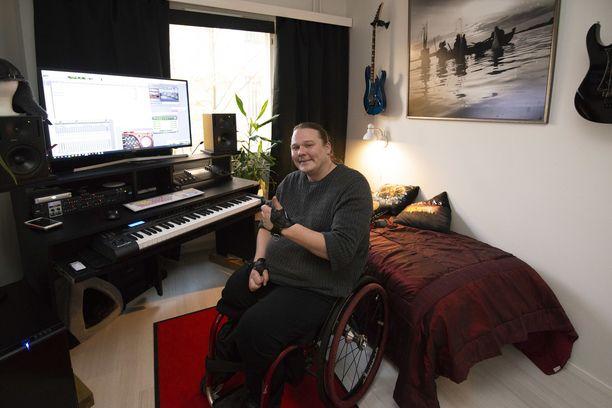 """Georg """"Jori"""" Laakso tekee nyt musiikkia kuitenkin tietokoneella, työn alla on Cadacross-bändin uusi levy.  Päivisin Jori käy auttamassa myös vanhan mummonsa vaatekaupassa melko lähellä kotiaan."""