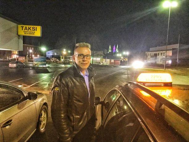 Kokoomuksen eduskuntaryhmän varapuheenjohtaja Jukka Kopra viettää Halloweenia taksin ratissa.