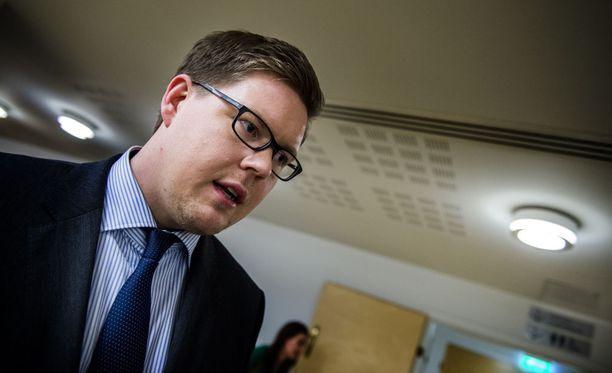 Antti Lindtmanin mielestä maakuntavaalien ajankohdasta pitäisi neuvotella oppositiopuolueiden kanssa ennen päätöksiä.