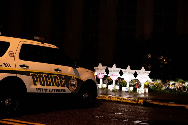 Pittsburghissa ihmiset surevat lauantain uhreja. Epäilty oli ensimmäistä kertaa oikeudessa maanantaina.