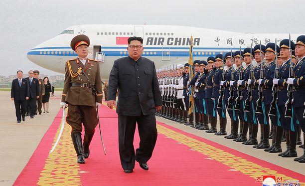 Kim tarkasti kunniakomppanian palattuaan kotiin Pjongjangiin.