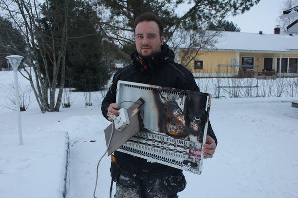 Antti Säilä esitteli palon aiheuttajaa, takaisinvedettyä Electric Radiator lasipaneelilämmitintä Art. 44-0059. Kyseisiä laitteita saattaa olla muillakin kuluttajilla.