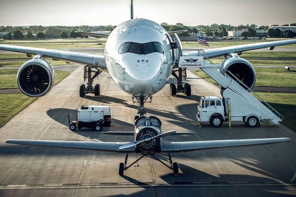 Melkoinen kokoero! Edessä matkustajakoneiden uranuurtaja, takana nykyaikainen suihkukone.