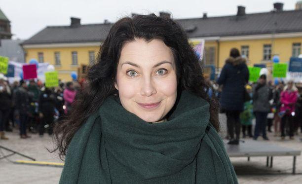 Emma Kari (vihr) kuvattiin maaliskuussa Helsingin Narinkkatorilla lastentarhaopettajien mielenosoituksessa.