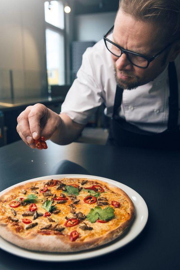 Kotipizzan luova johtaja Risto Mikkola kehuu sirkkapizzan makua miellyttäväksi.