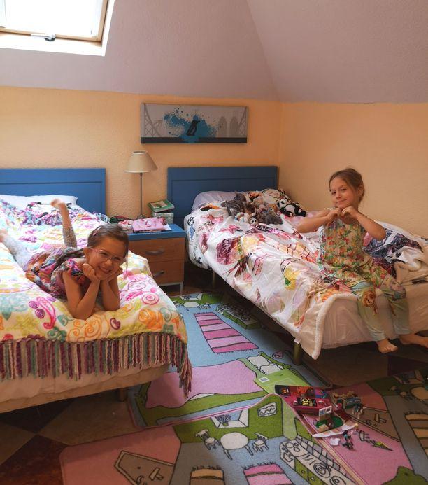 Siskokset ovat tyytyväisiä omaan huoneeseensa Espanjassa.
