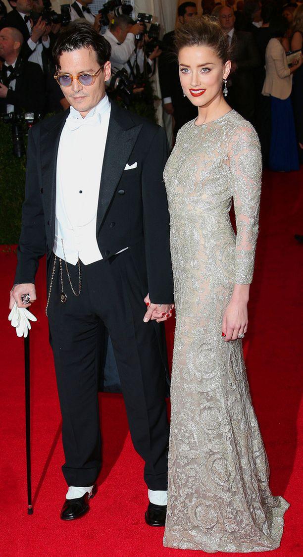 Vuonna 2013 Johnny edusti vaimonsa Amber Heardin rinnalla Art Costume Galassa tyylikkäänä.