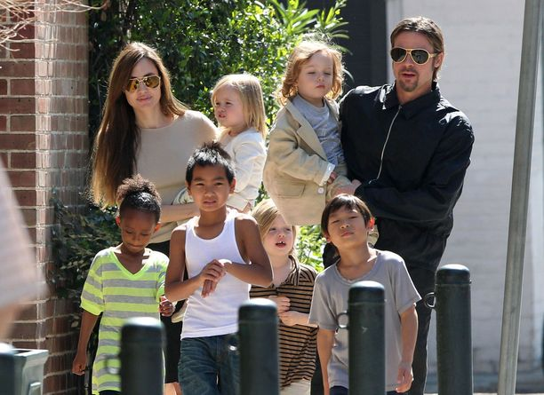 Angelina Jolie ja Brad Pitt koko lapsikatraansa kanssa.