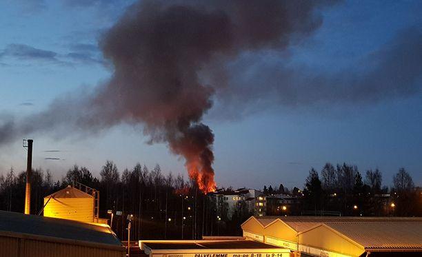 Tampereella Hintsankadulla on tulipalo. Silminnäkijän mukaan kyseessä on kerrostalopalo. Kuva otettu Messukylän puolelta.