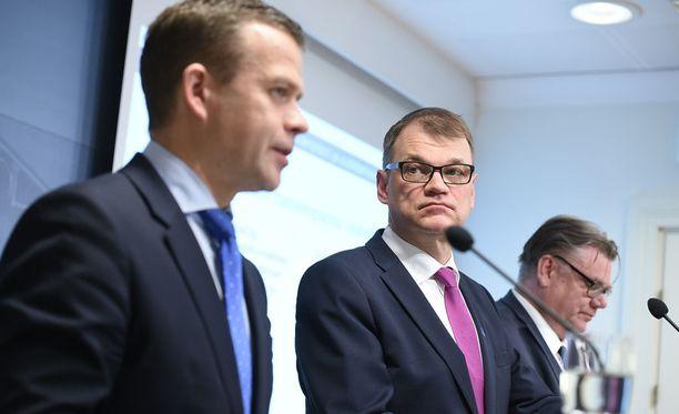 Pääministeri Juha Sipilä (kesk) ilmoitti tiistaina, että ministerien määrä nousee kolmella. Hallituspuolueiden puheenjohtajien mielestä ministerien lisäämiselle oli selkeä tarve. Uudet ministerit ilmoitetaan tänään.