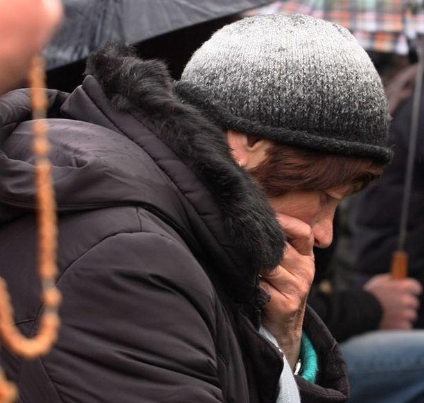 Ihmiset surivat uhreja Krakovan torilla. Lento-onnettomuus vaati 90 uhria.