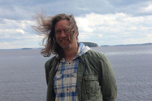 Matti Savolan pitkiä hiuksia kelpasi tuulessa hulmutella.