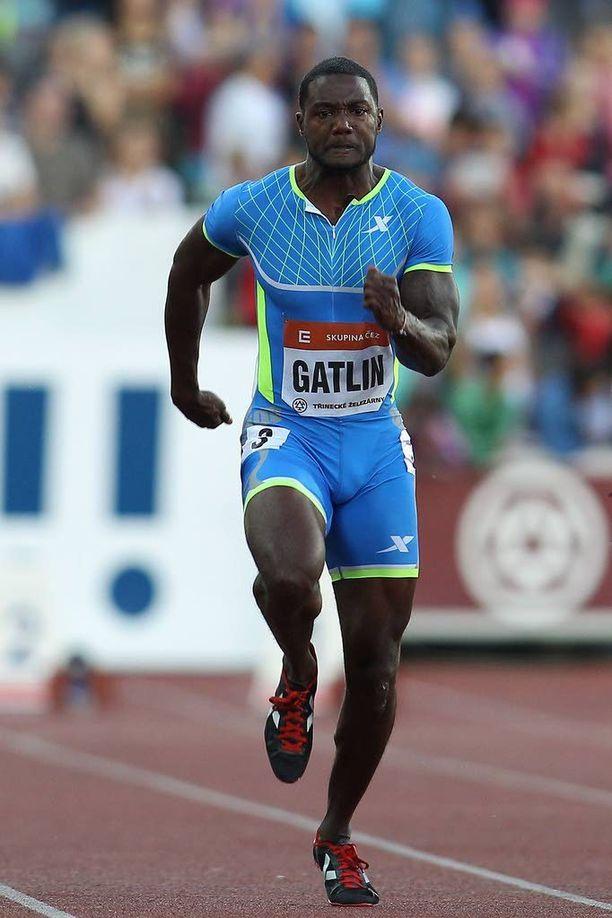 Justin Gatlin kärysi kahdesti, mutta on edelleen suurimpia suosikkeja Pekingissä.