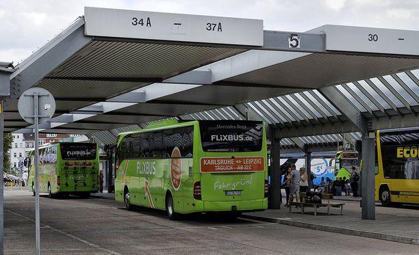 Linja-autoista innostunut poika osasi avata oven ja tunsi muutenkin bussin toimintaa melko hyvin.