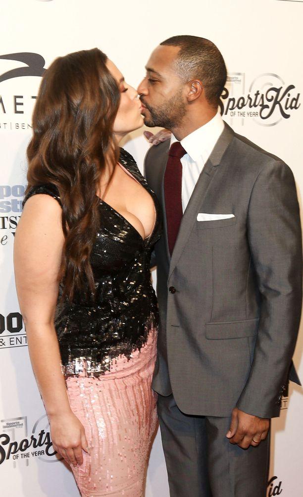 Ashley Graham seurustelee Justin Ervinin kanssa.