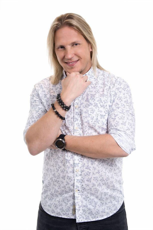 Sami Kuronen juontaa Toisenlaisia äitejä.