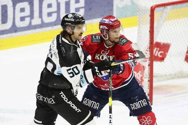 HIFK:n Johan Motin (oik.) ja Pelicansin Juhamatti Aaltonen vääntävät Helsingissä puolivälieräsarjan neljännessä pelissä.