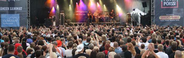 Pauli Antero Mustajärvi latasi yleisölle annoksen miesenergiaa. Wanaja Festival järjestetään tänä kesänä seitsemännen kerran.