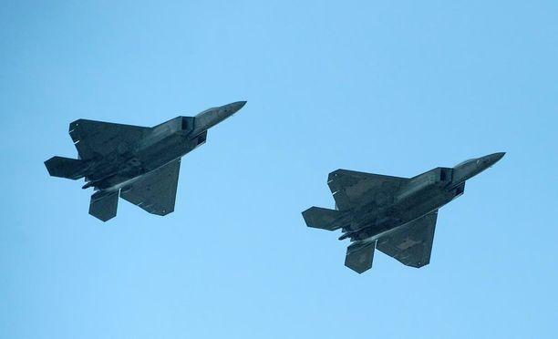 Yhdysvaltojen ilmavoimat toi uusia viidennen sukupolven F-22 Raptor -hävittäjiä Puolaan elokuussa. Kyseessä oli ensimmäinen kerta, kun Raptorit harjoittelivat Euroopassa. Tarkoituksena oli osoittaa tukea Naton eurooppalaisille jäsenmaille.