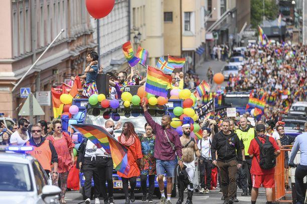 Pride-kulkue houkutteli myös poliitikkoja eturiviin. Kärjessä kansanedustaja Jani Toivola (vihr) ja Helsingin pormestari Jan Vapaavuori (kok).