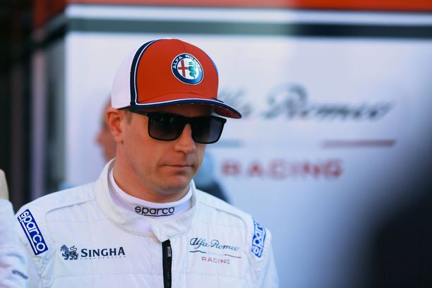 Kimi Räikkönen pukeutui maanantaina ensimmäistä kertaa uuden tallinsa vermeisiin.